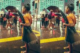 Foto Anak Ojek Payung yang Kebasahan dan Menatap Bapak Payungi Anaknya Viral di Media Sosial