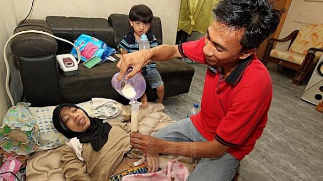 Mengharukan! Suami Ini Tetap Setia Rawat Istrinya Yang Mengalami Tumor Otak