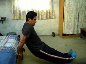 Fondos de tríceps en borde de cama