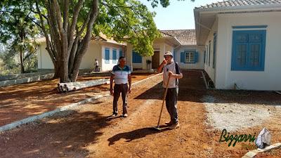 Visitando a obra e orientando nos trabalhos da colocação das guias de pedra na rua onde vamos fazer o piso de pedrisco em entrada da sede da Fazenda em Atibaia-SP com execução do paisagismo. 15 de agosto de 2016.