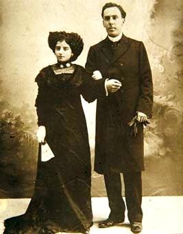 Foto de Antonio Machado junto a su pareja Leonor en sesión de foto