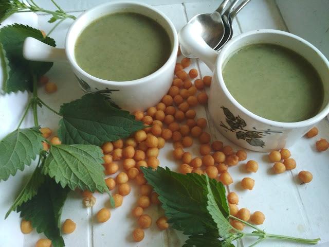 zupa z pokrzywy z liśćmi rzodkiewki
