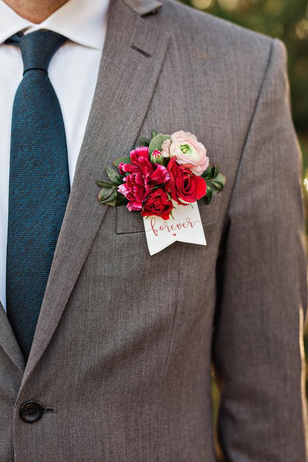 Composición floral para el traje del novio, una alternativa al pañuelo