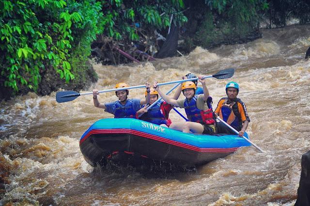 foto arung jeram di sungai citarik