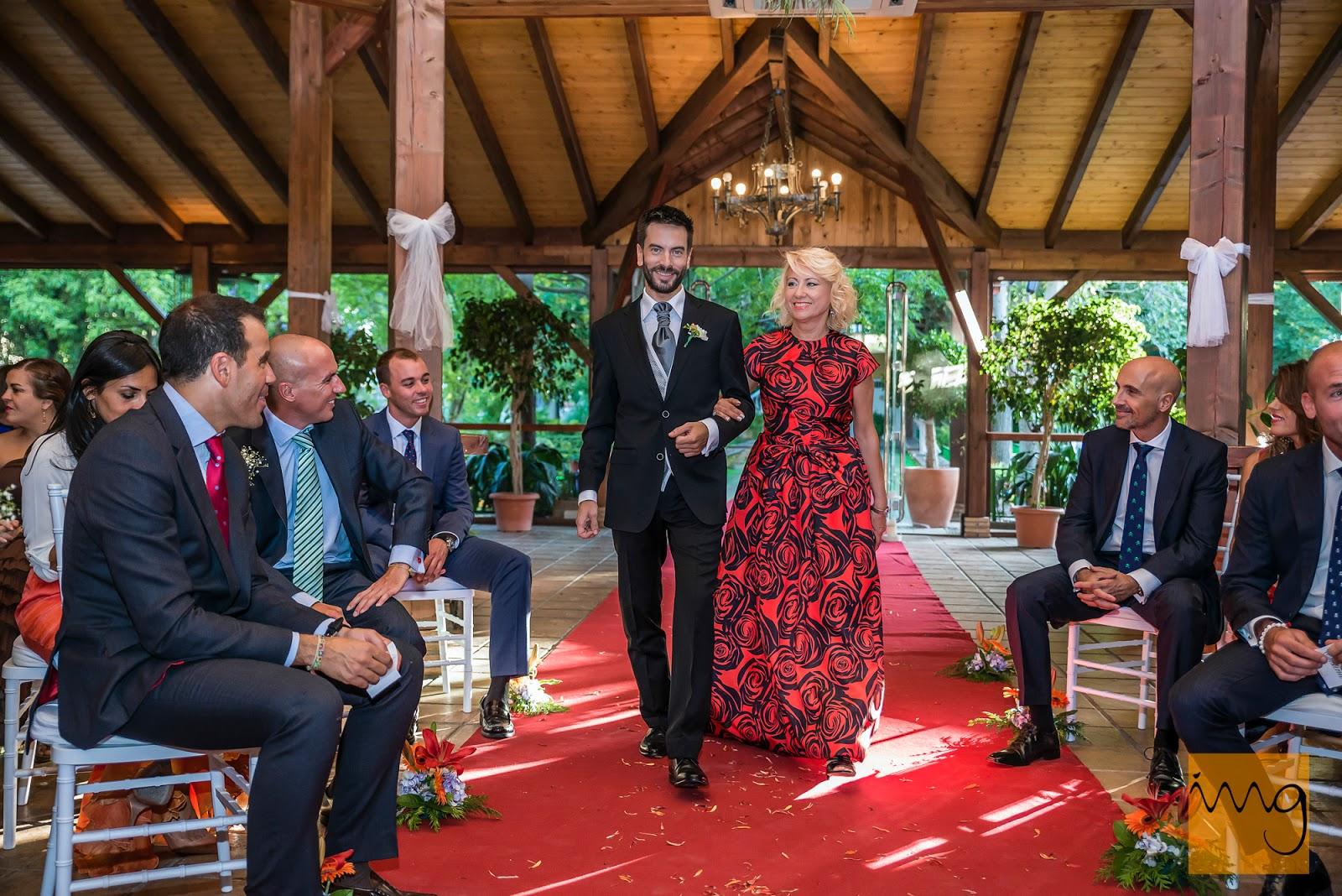 Fotografía de la entrada del novio a la ceremonia