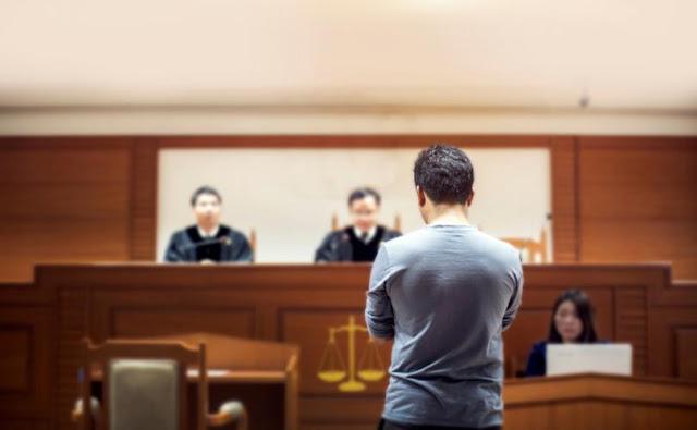 """Pai é condenado por """"violência doméstica"""" por não reconhecer sua filha como transgênero"""