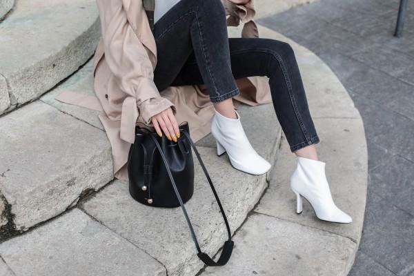 e0e8c6d350d0a Her markada yer alan beyaz botlar yeni sezonda ekose parçalar, uzun  paltolar, kazak elbiseler, kot pantolonlar ile beyaz botlarınızı rahatlıkla  ...