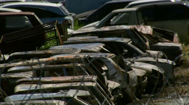 Carros ficaram destruídos após incêndio em pátio de Campo Belo (MG) (Foto: Reprodução/EPTV)