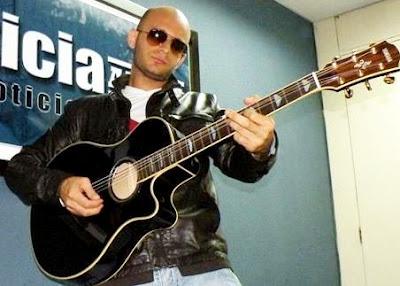 Foto de Hany Kauam tocando su guitarra