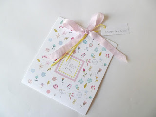 ρομαντικά λουλουδένια προσκλητήρια βαπτισης με ροζ και κίτρινο κορδελάκι