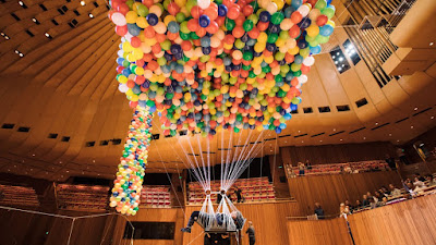 Καλλιτέχνης ανυψώθηκε από 20.000 μπαλόνια στο εσωτερικό της Όπερας του Σίδνεϊ