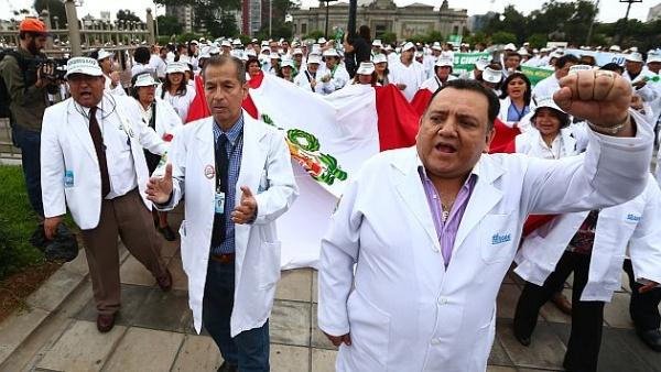Médicos peruanos marchan contra la crisis hospitalaria