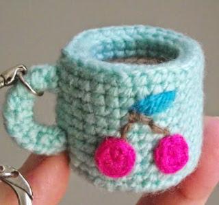 http://translate.google.es/translate?hl=es&sl=en&tl=es&u=http%3A%2F%2Fpetitspixels.com%2Fblg%2Ffree-crochet-pattern-tiny-amigurumi-cup%2F