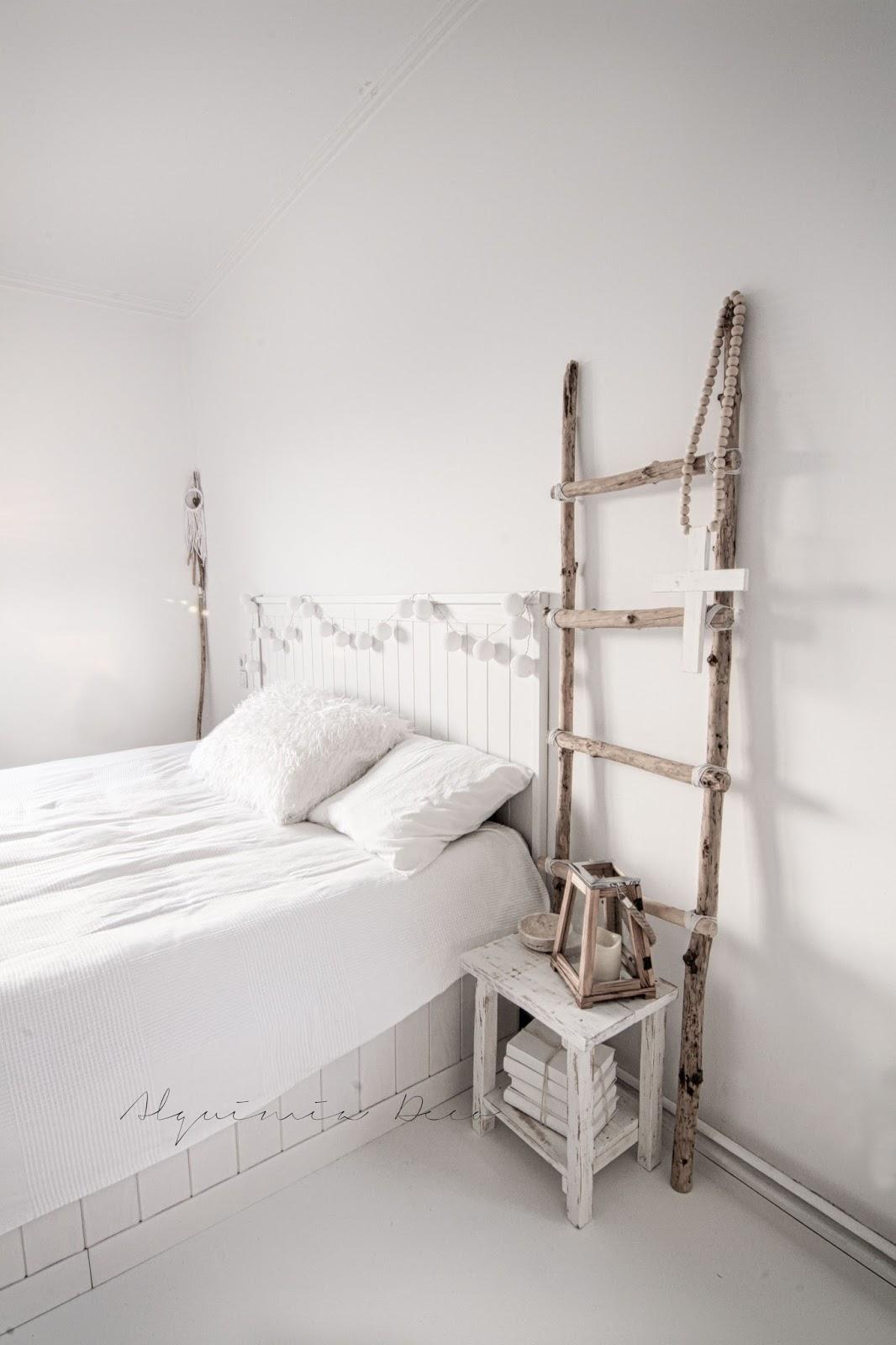 mesita noche escalera decorativa palos madera natural blanco envejecido estilo nordico decoracion nordica interiorismo barcelona interiorista alquimia deco