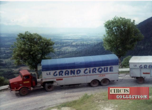semi-remorque et roulottes sur la route