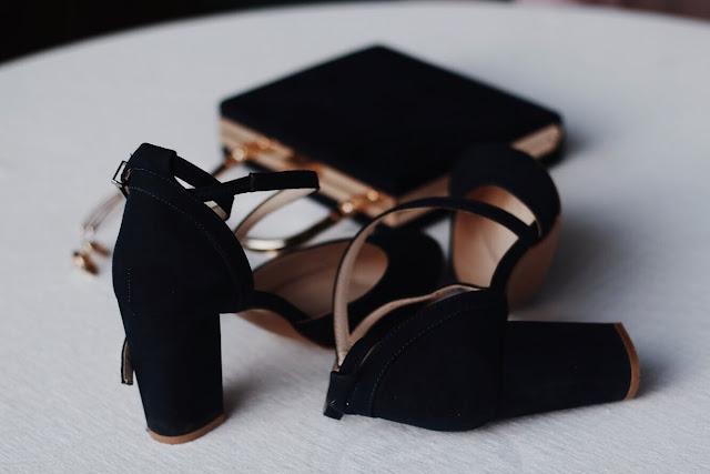 Granatowe buty na obcasie.