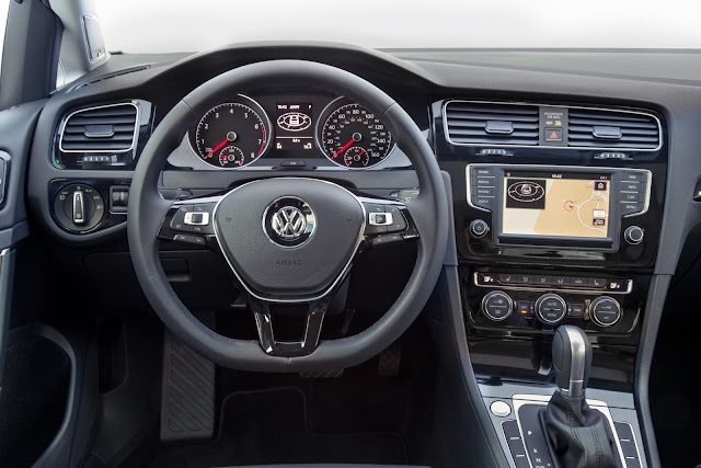 Interior view of 2016 Volkswagen Golf TSI SEL