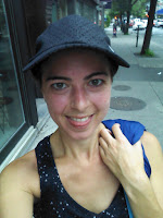 Coureuse souriante casquette Montréal