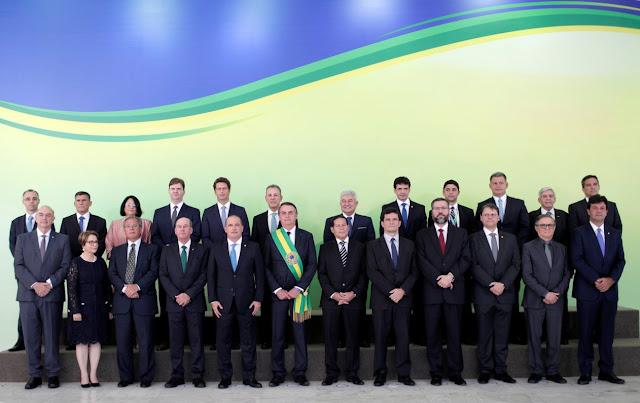 Presidente empossa ministros em cerimônia no Planalto