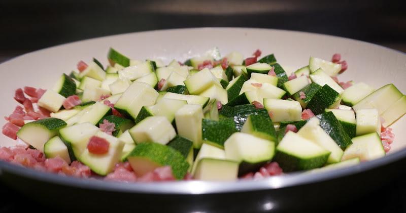 Speck und Zucchini in den Pfanne anbraten