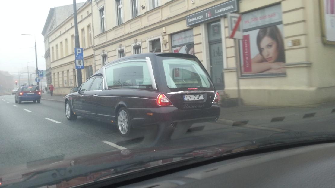 01ec6289de91 Jaguar przerobiony na karawan! Prowadziła kobieta. Niezły wózek. Ale  poczekam jeszcze z przejażdżką.