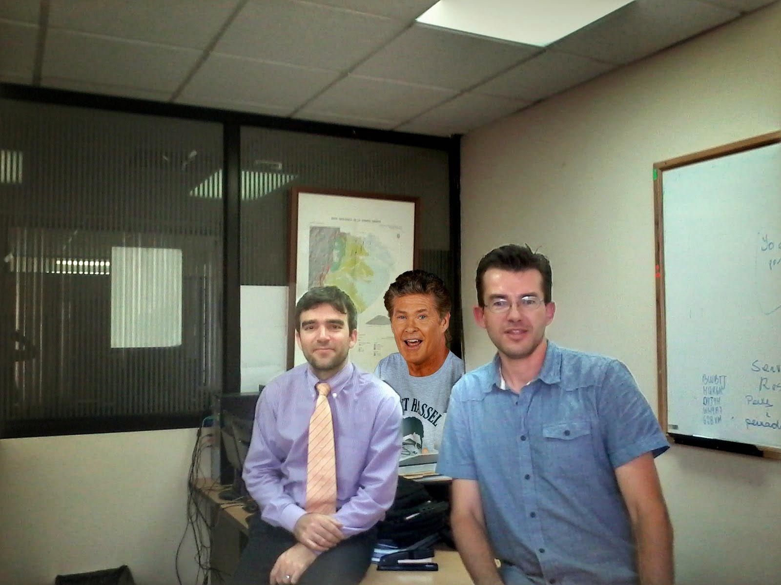 ed81e4f1bc99 Esa foto está tomada en el despacho que ocupo aquí en Ecuador. Estoy con mi  compañero Josafá (un día hablaré de él) y en la foto también se ha colado  David ...