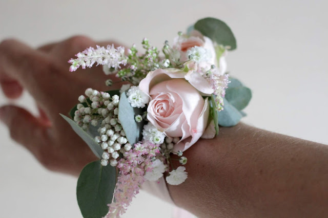 Bracelet fleuri, inspiration mariage, accessoire fleuri