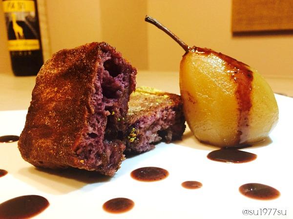 Torrija de vino tinto con pera en almíbar