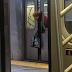 Utknęła w drzwiach metra. Nikt nie zwrócił na nią uwagi.
