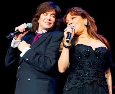 Foto de Angela Carrasco junto a Camilo Sesto en el escenario