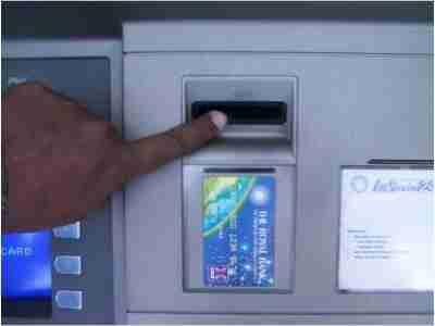 letak tempat lubang memasukan kartu ATM
