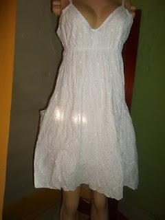 vestido branco de lesie  com um bolso de cada lado