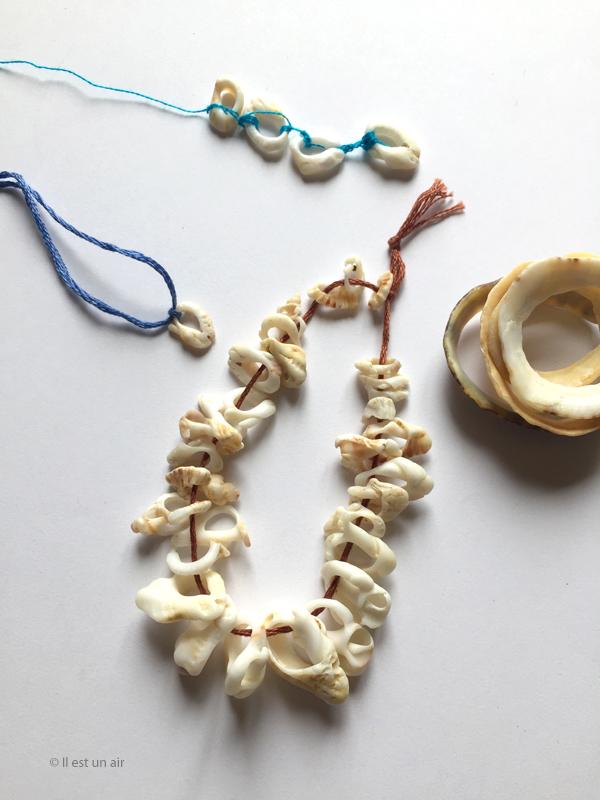 Trésors trouvés sur la plage, bracelets en coquillage