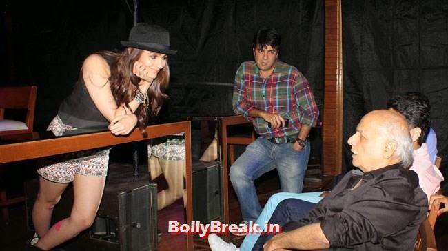 Alia Bhatt and Mahesh Bhatt, Alia Bhatt Pics with Cap & in Short Skirt