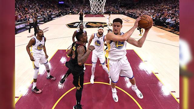 Klay Thompson berhasil mendapatkan rebound