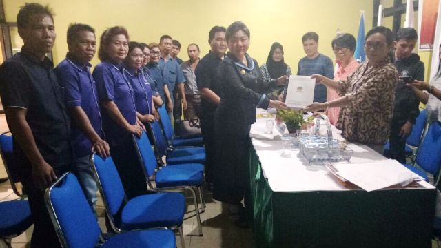 Ketua DPD Partai NASDEM MITRA, Telly Tjangkulung,  saat menyerahkan kelengkapan berkas ke KPU Mitra