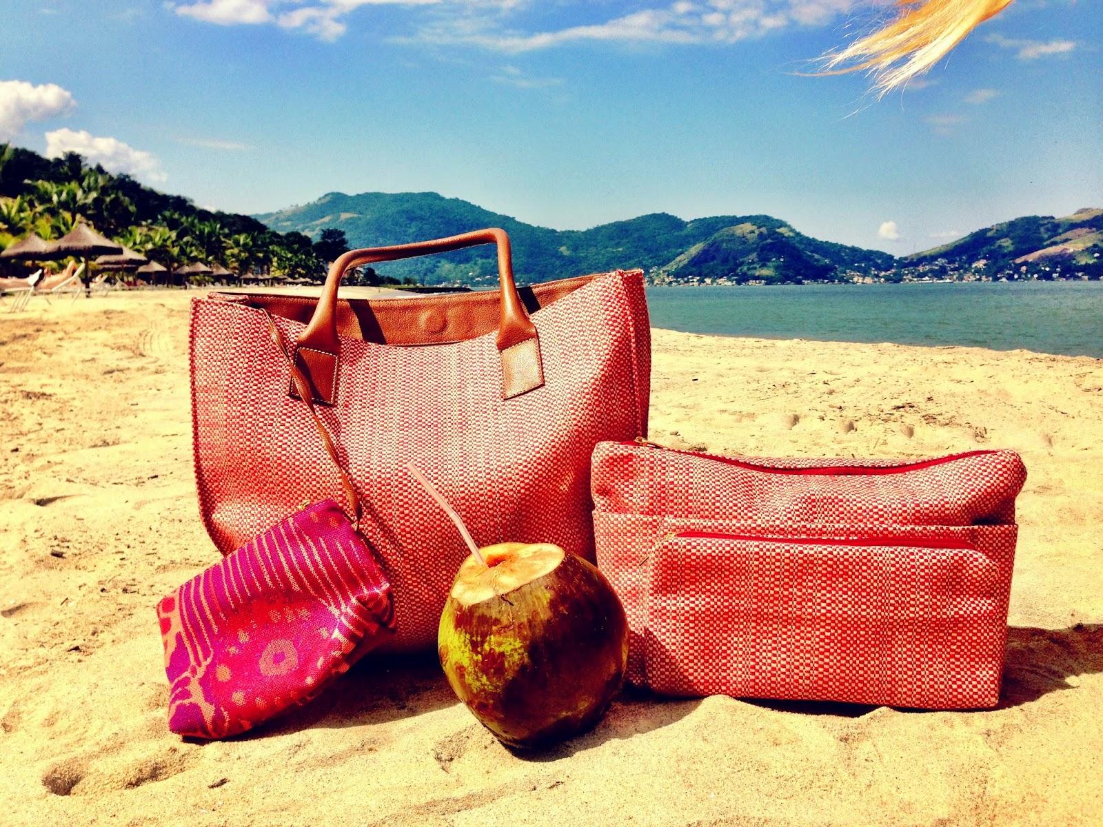 5e95c41c2a Continuando o nosso papo de férias, hoje vamos listar o que levar na sacola  de praia/piscina.