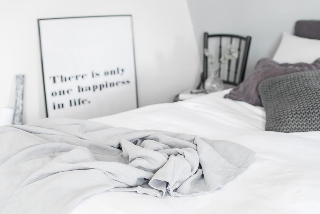 makuuhuone stailaus, valaisin, juliste makuuhuoneessa
