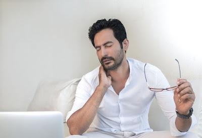 3 Cara Menyembuhkan Leher Sakit Alasannya Yakni Salah Posisi Bantal Dikala Tidur