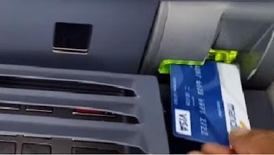 Posisi memasukkan ATM bank Mandiri