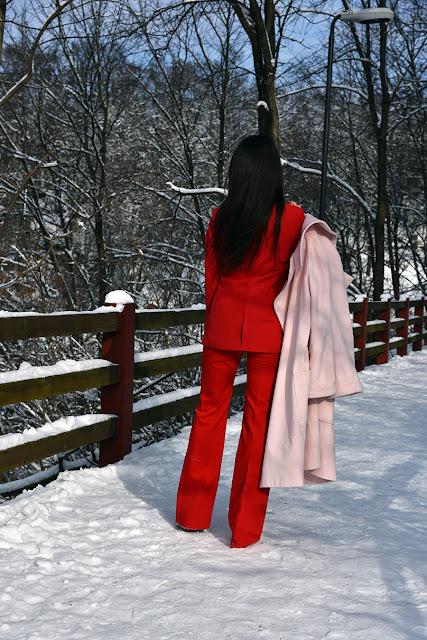 сочетание красного и розового, зимний лук