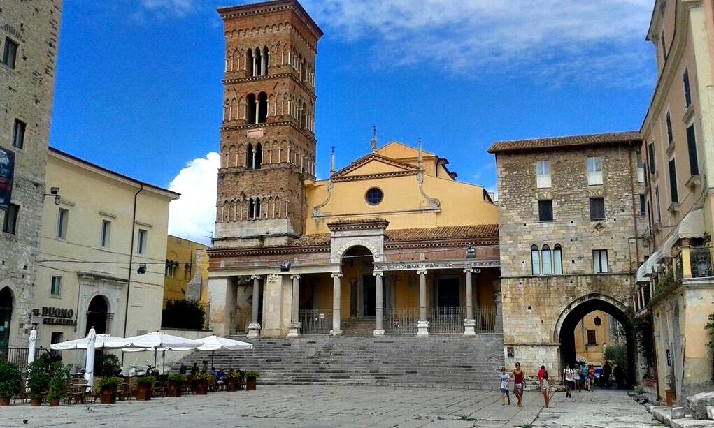 File: Piazza centro storico di Terracina.jpg