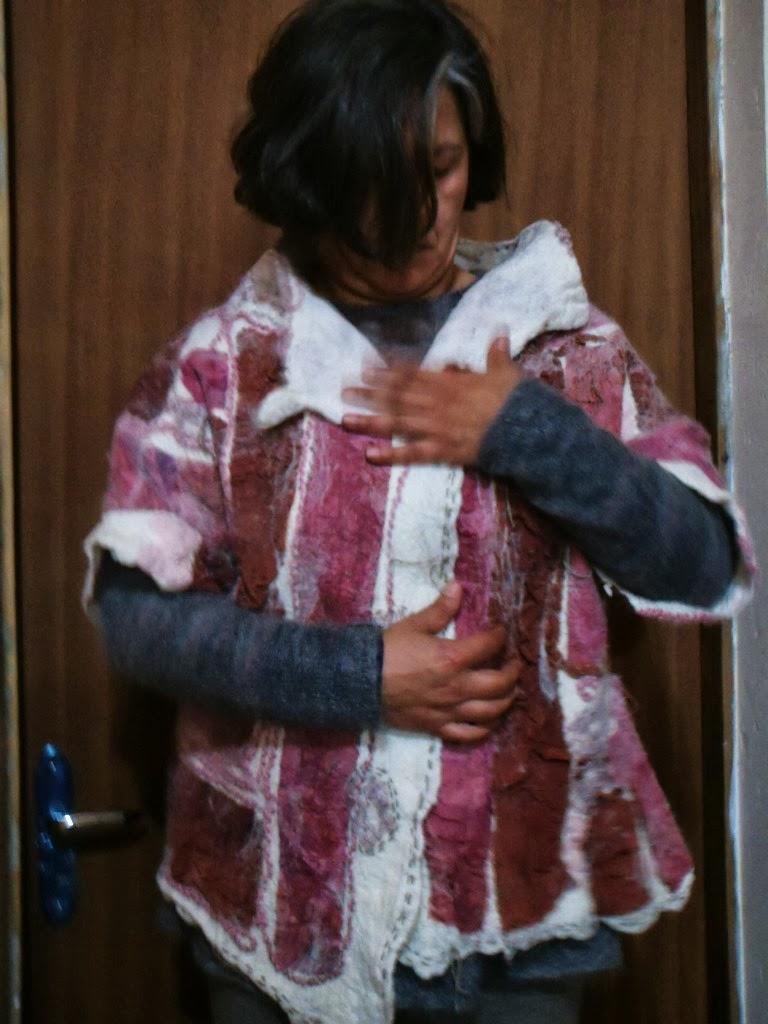 pessoa vestindo casaco feltrado