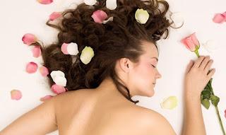 Parfumer ses cheveux et son corps avec l'eau de fruits fait maison