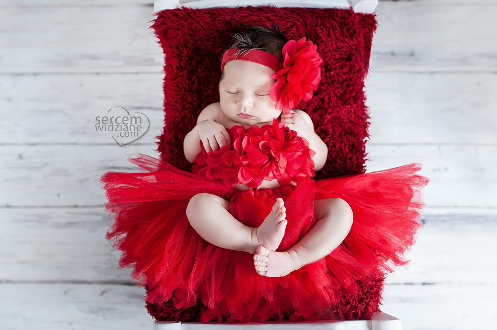 różnego rodzaju zdjęcia noworodkowe z wykorzystaniem koszy i kocyków, maluszek w jednolitej stylizacji dla noworodka,