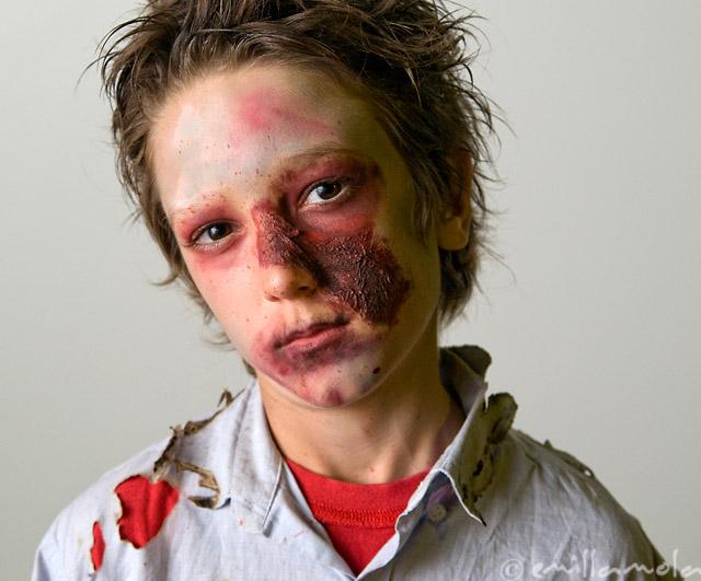 usa una esponja de maquillaje ligeramente hmeda para aplicar una capa fina de pintura blanca sobre la cara y el cuello del nio evita el rea de los ojos
