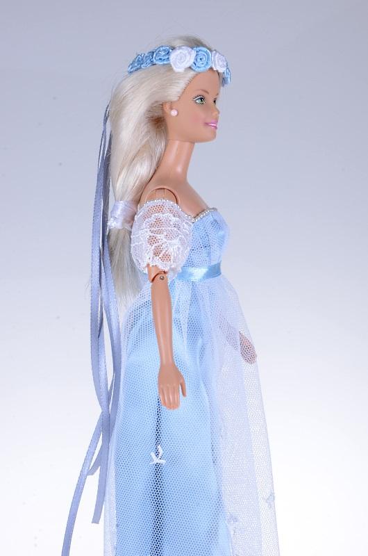 Błekitna sukienka dla lalki Barbie.