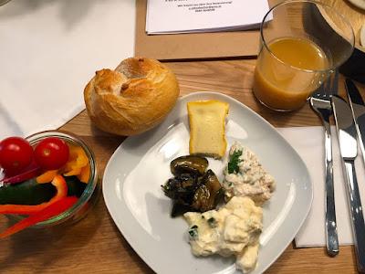 Schau dir den Paprika-Tomaten-Aufstrich an! Und Birnensaft! © diekremserin on the go