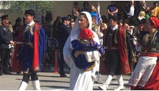Χανιά: Με παραδοσιακή φορεσιά και ένα μωρό στην αγκαλιά τράβηξε τα βλέμματα στην παρέλαση