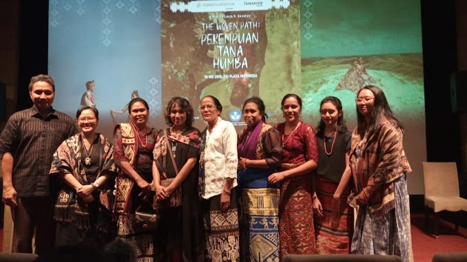 Perempuan Tana Humba, Para Perempuan yang Hidup dalam Pusaran Tradisi